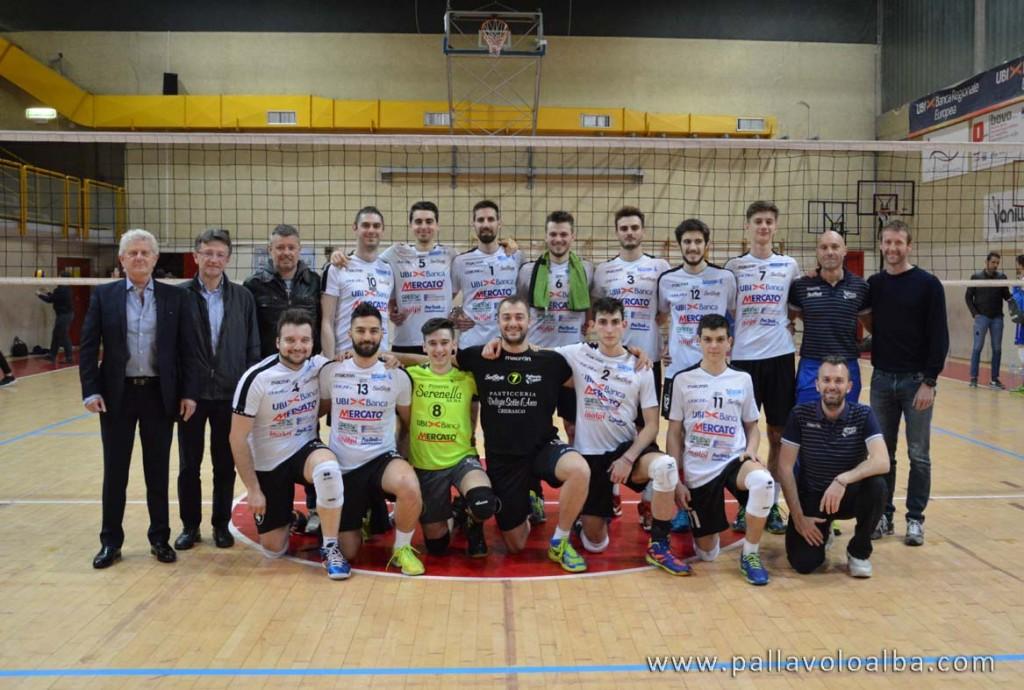 La squadra al termine del match con il Consigliere delegato allo Sport del Comune di Alba Claudio Tibaldi